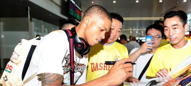 同曦新援- 杨抵达中国, 球迷热情接机