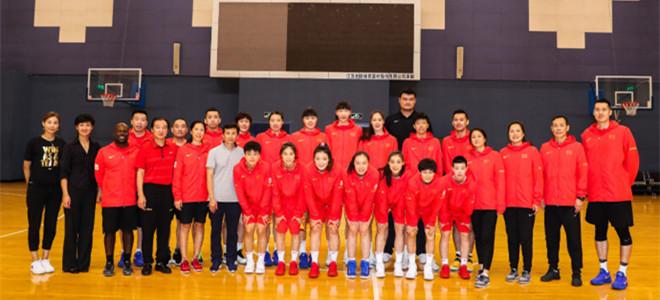 篮协赠予中国球员及教练团队专属荣誉外套