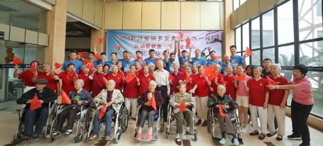 四川队开展公益活动, 与老人孩子们共度欢乐时光