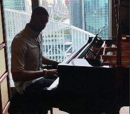 文艺男!波什中国行弹奏钢琴