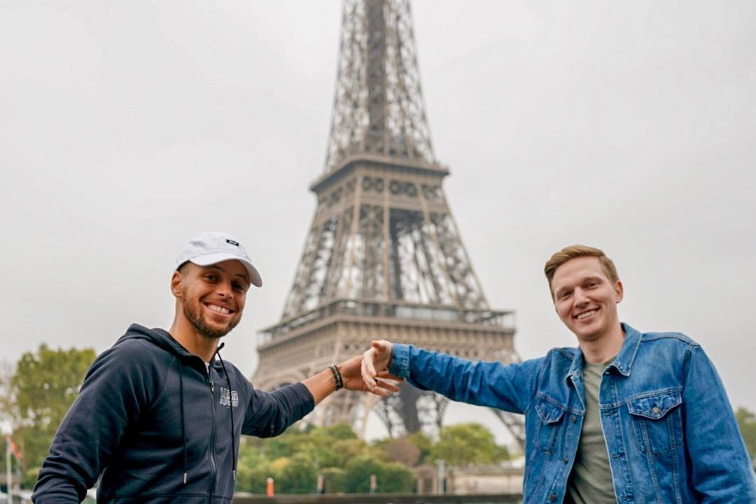 库里与好友在埃菲尔铁塔前合影:给妻子留个合影的位置