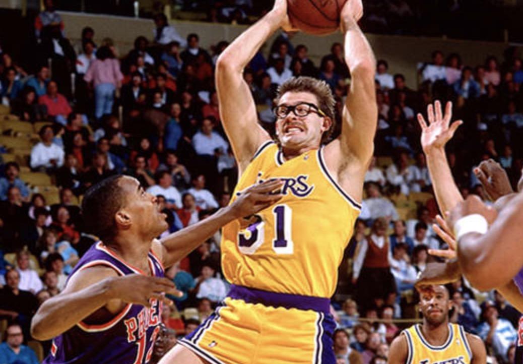 已经聘用科特- 兰比斯作为高级篮球顾问