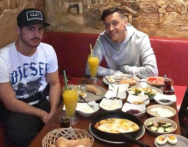 厄齐尔享受土耳其美食庆祝击败沃特福德
