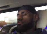 [视频]日常自嗨!詹姆斯在车内摇头晃脑听音乐