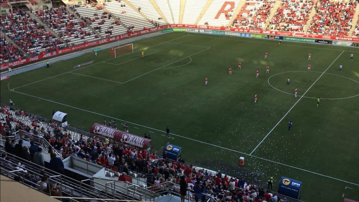 不只中国球队这样做!西乙 B球员开场后站立抗议欠薪