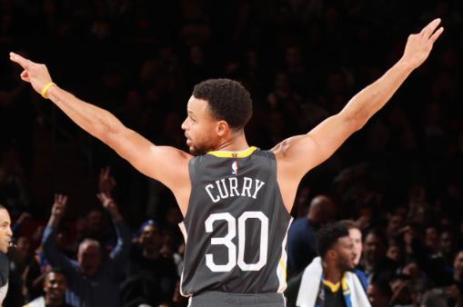 库里连续7场比赛命中至少5个三分,刷新NBA纪录
