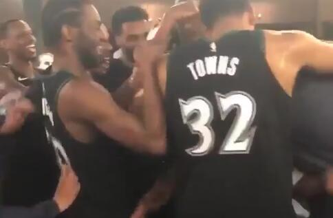 [视频]森林狼众球员洒水为罗斯庆祝50分之夜