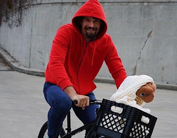 罗宾-洛佩斯赛前扮演电影《E.T.》主角骑单车入场