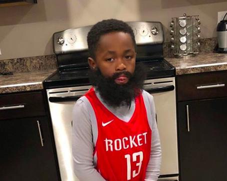 可爱!小朋友将自己打扮成哈登的大胡子造型