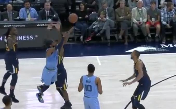 . [ 视频] 十佳球:威少抢断双手怒扣, 罗宾逊转体空接背扣