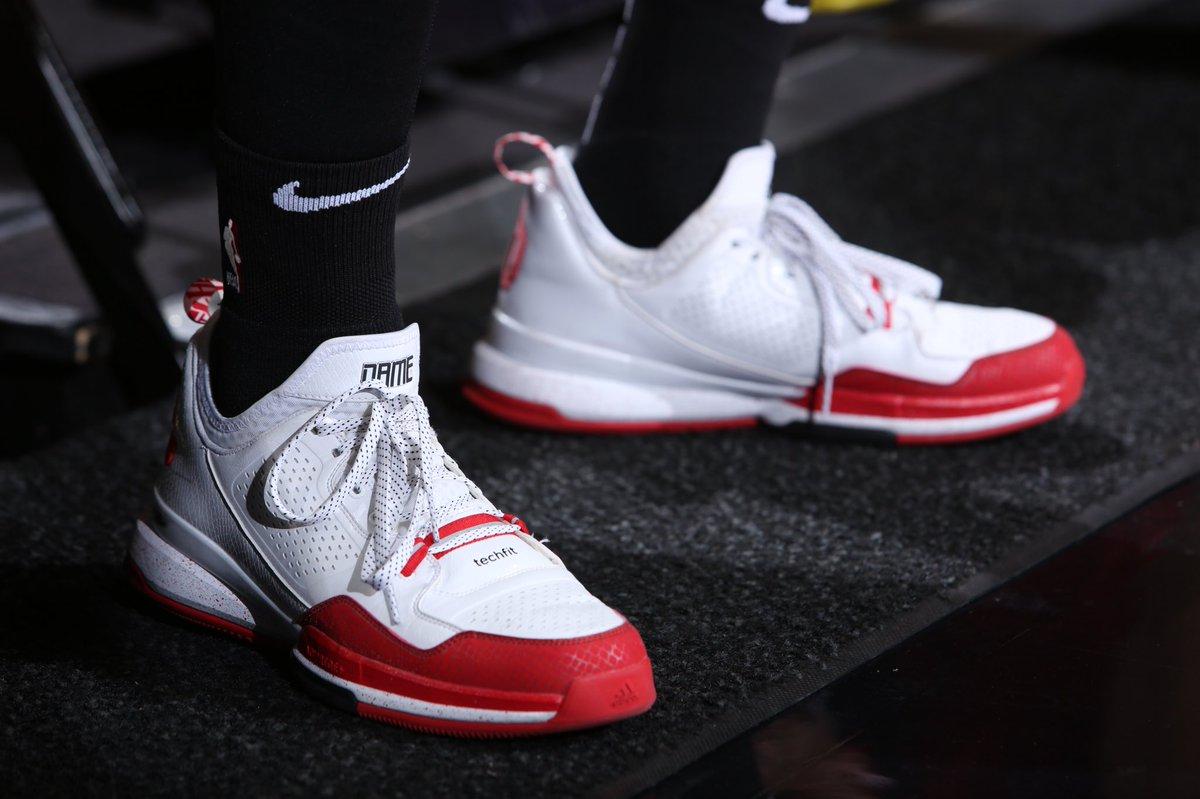 今日上脚球鞋一览:利拉德赛前热身重穿1代签名鞋