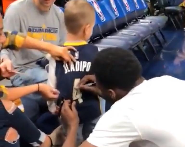 [视频]暖男!奥拉迪波蹲下身子认真地给小球迷签名