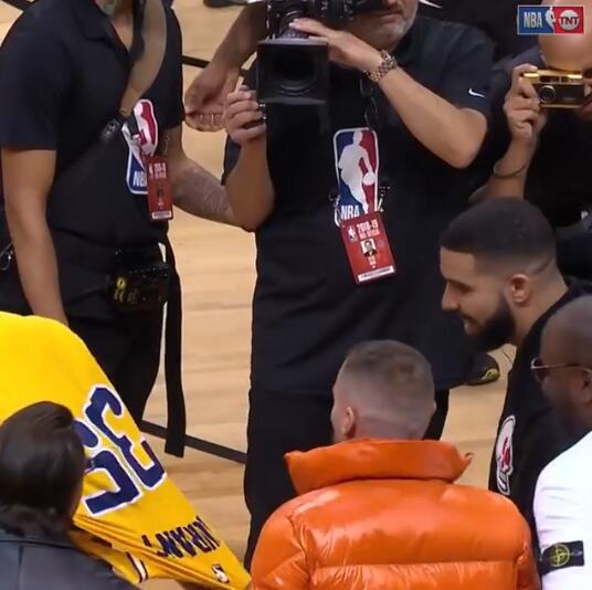 本周十佳. 杜兰特赛后与 Drake拥抱并将球衣送给对方