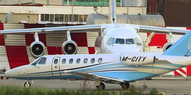 冥冥之中?曼联飞机起飞前一架印有曼城字样的飞机经过