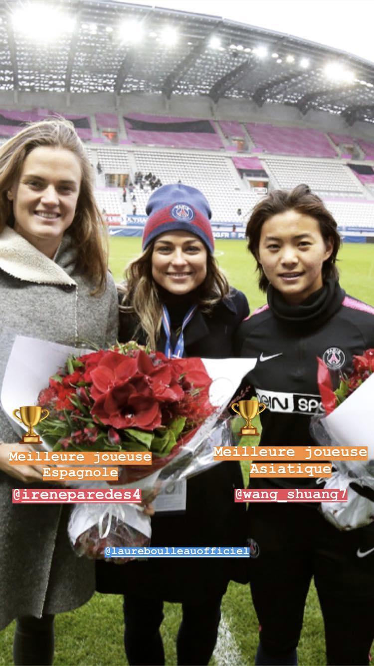 礼遇,巴黎女足赛前为新科亚洲足球小姐王霜献花