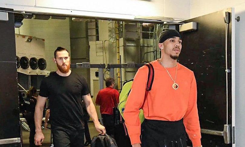 凯尔特人球员抵达客场球馆,塔特姆头扎黑色头巾出镜
