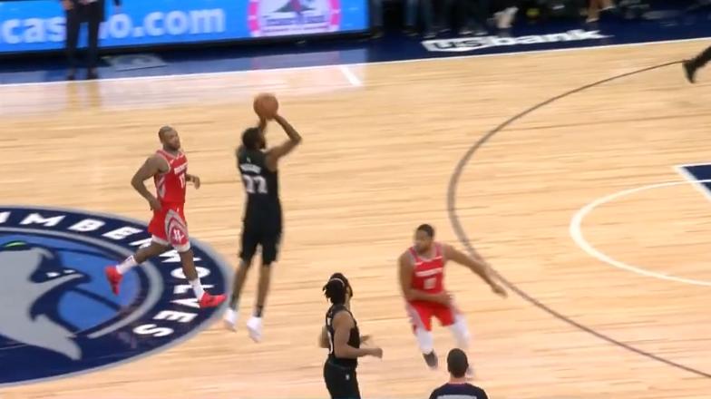 [视频]让球飞一会!威金斯命中超远打板压哨三分