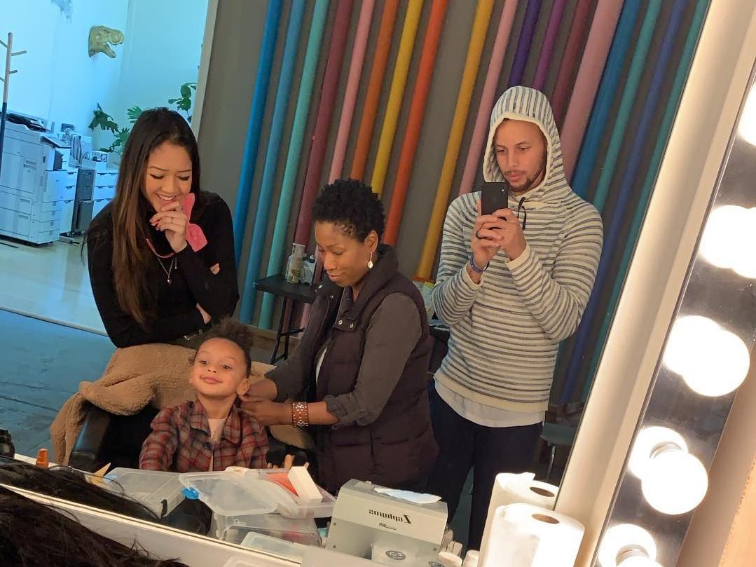 可喜欢!库里与女儿对镜自拍