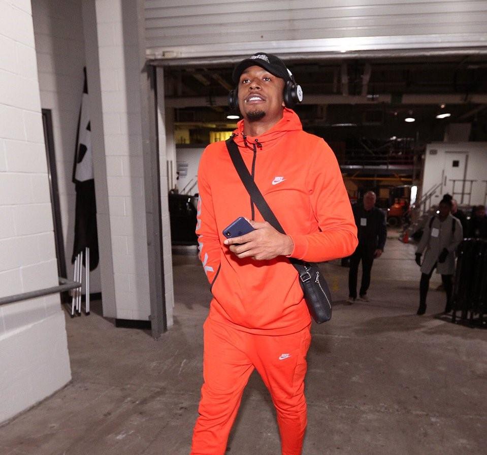 奇才多将抵达比赛场馆:比尔身着橙色套装入场