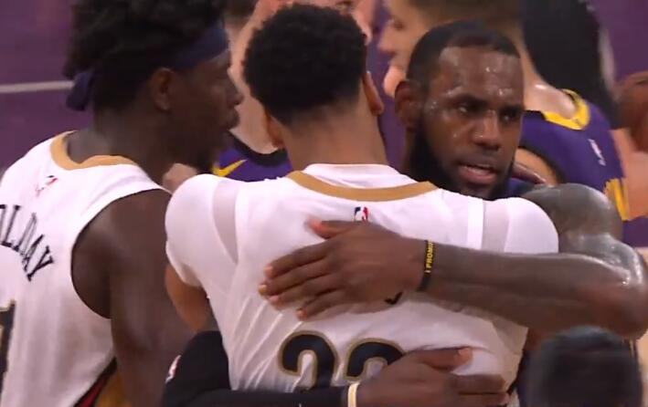 [视频]互相致意!詹姆斯与戴维斯赛后蜜意拥抱