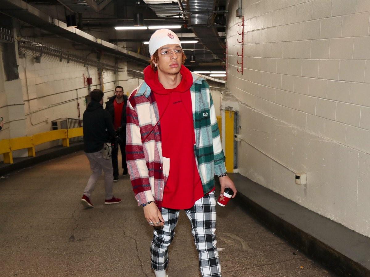 雄鹿球员抵达麦迪逊广场花园,威尔森红绿格子衫抢镜