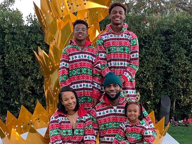 艳服上阵!詹姆斯携全家祈福圣诞喜悦