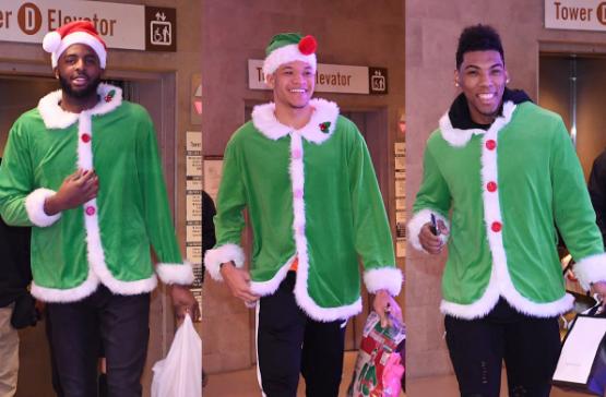 尼克斯球员抵达场馆,身穿同一圣诞着装入场