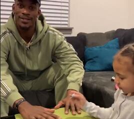 挺时兴!幼女孩给巴特勒涂粉红色指甲油