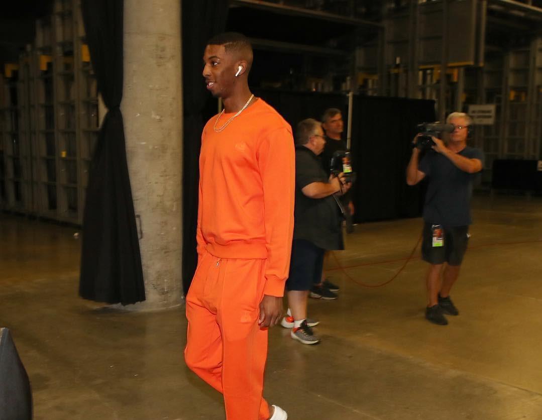 猛龙多将抵达比赛场馆:德朗-赖特橙色套装亮眼