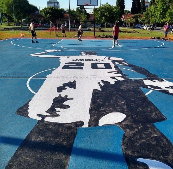 想去打球吗?阿根廷当地篮球场出现巨幅吉诺比利画像