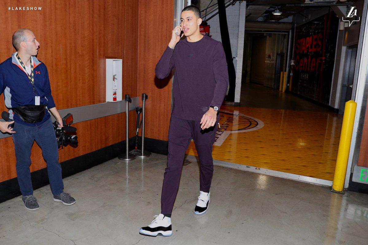 湖人众球员抵达球馆:库兹马紫色套装抢眼