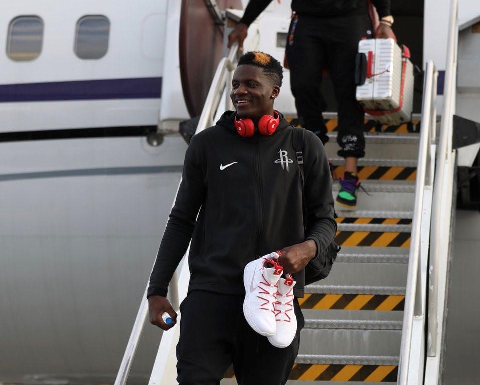 火箭多将抵达新奥尔良:卡佩拉手拿球鞋出镜