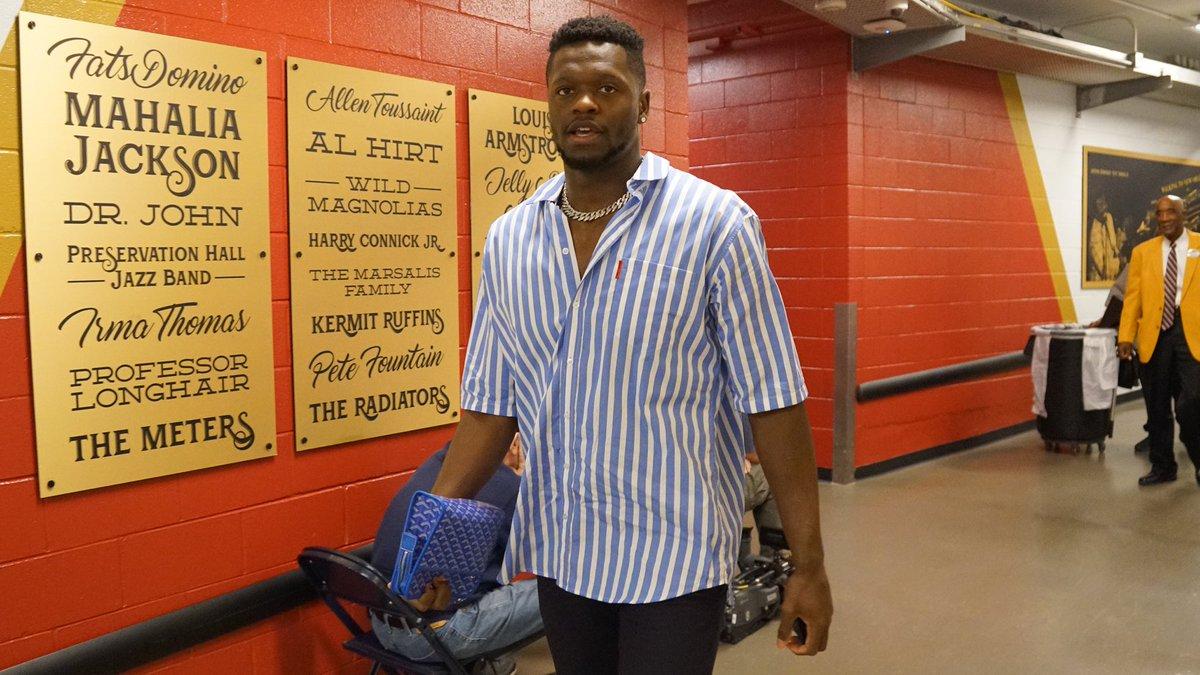 鹈鹕球员抵达主场球馆,兰德尔穿短袖衬衫出镜