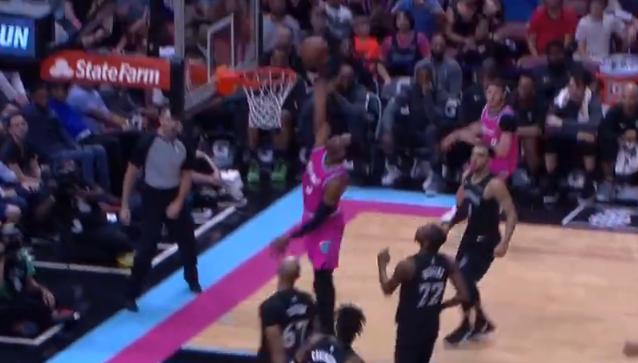 [视频]韦德变向过人单臂劈扣,随后无视唐斯防守上篮