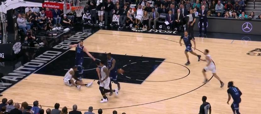 [视频]阿德坐地送出击地秒传,福布斯容易上篮