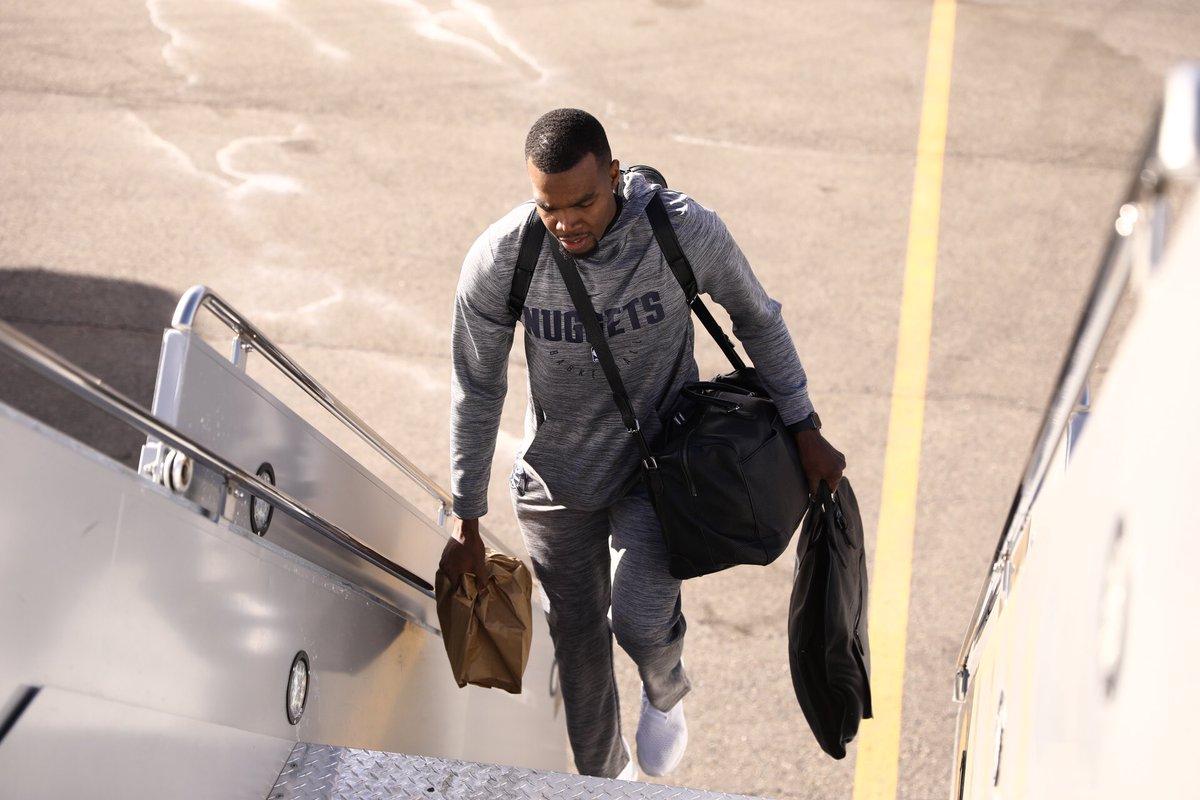 掘金球员登机前去息斯顿,米尔萨普运行装出镜