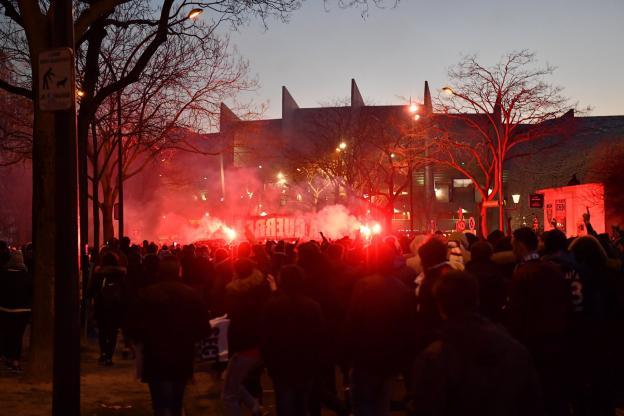 欧足联就巴黎球迷闹事,对俱乐部处以35000欧罚款