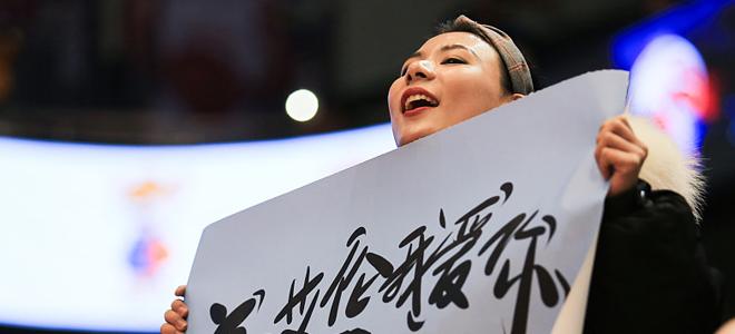 郭艾伦青岛机场示范如何让自己更像明星