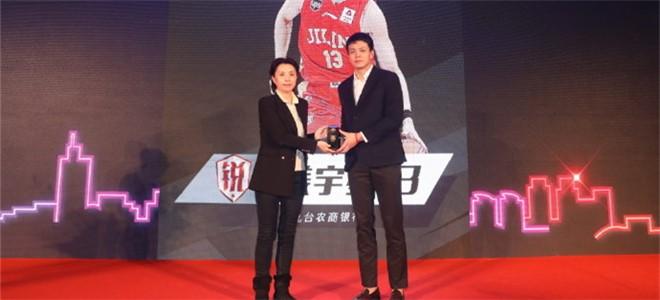 青岛市体育局局长为姜宇星颁发星锐球员代表纪念品