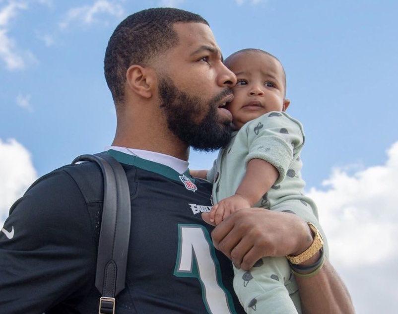 凯尔特人球员抵达奥兰多,莫里斯抱着孩子出镜