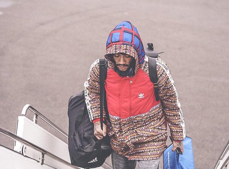 森林狼球员登机前往费城,罗斯连帽衫出镜