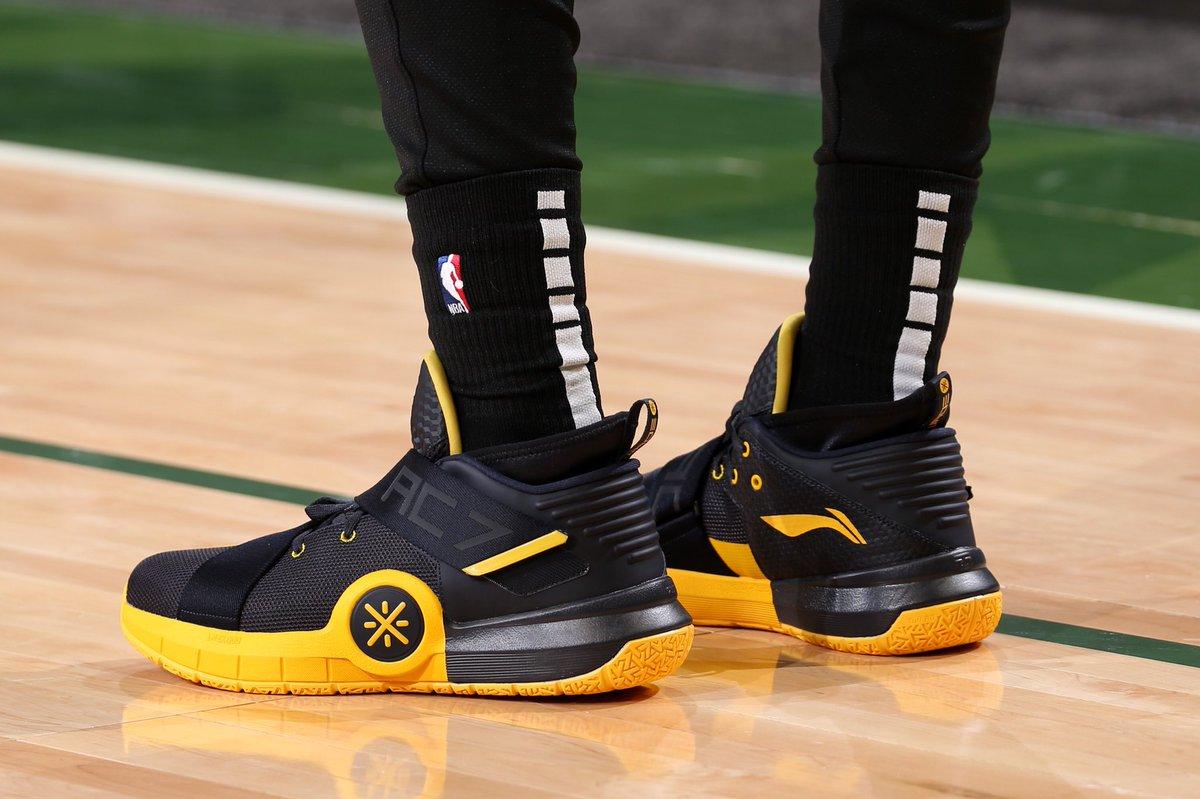今日常规赛上脚球鞋一览:韦德上脚黑黄配色全城7