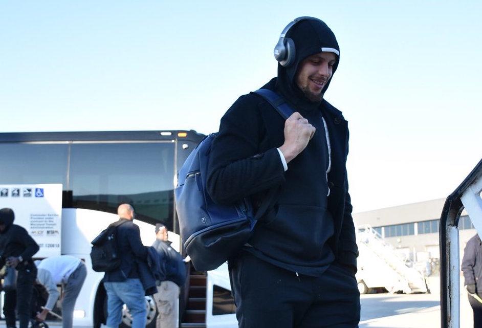 勇士球员登机前往波士顿,库里一身黑色运动装出镜