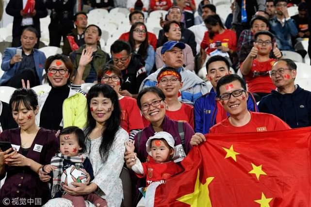 阿联酋华人支持国足无怨无悔:是带着五星红旗的国家队