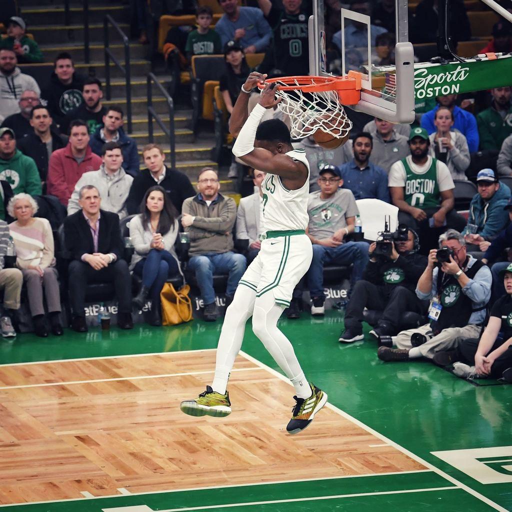 杰伦-布朗生涯常规赛首次单场得到至少20分10篮板