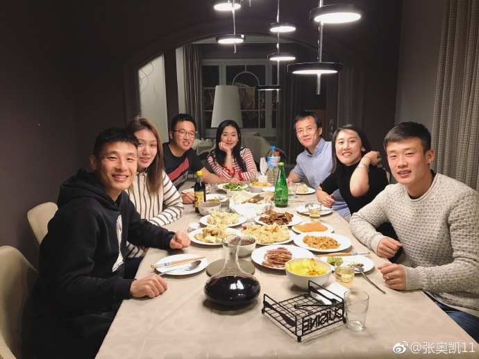 一起过大年!张奥凯一家与武磊夫妇海外过春节