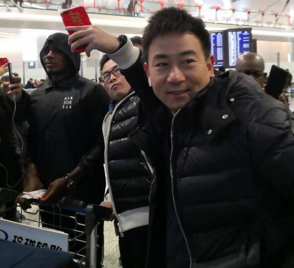 一图流:伊哈洛飞抵上海,申花青训总监现身机场合影