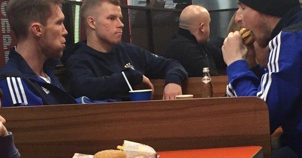 艰苦朴素, 阿森纳欧联杯对手坐经济舱、吃汉堡王