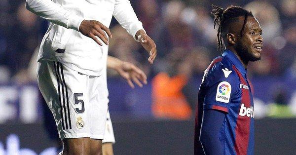 官方:莱万特宣布杜库雷在卡塞米罗的点球中因踢空而受伤