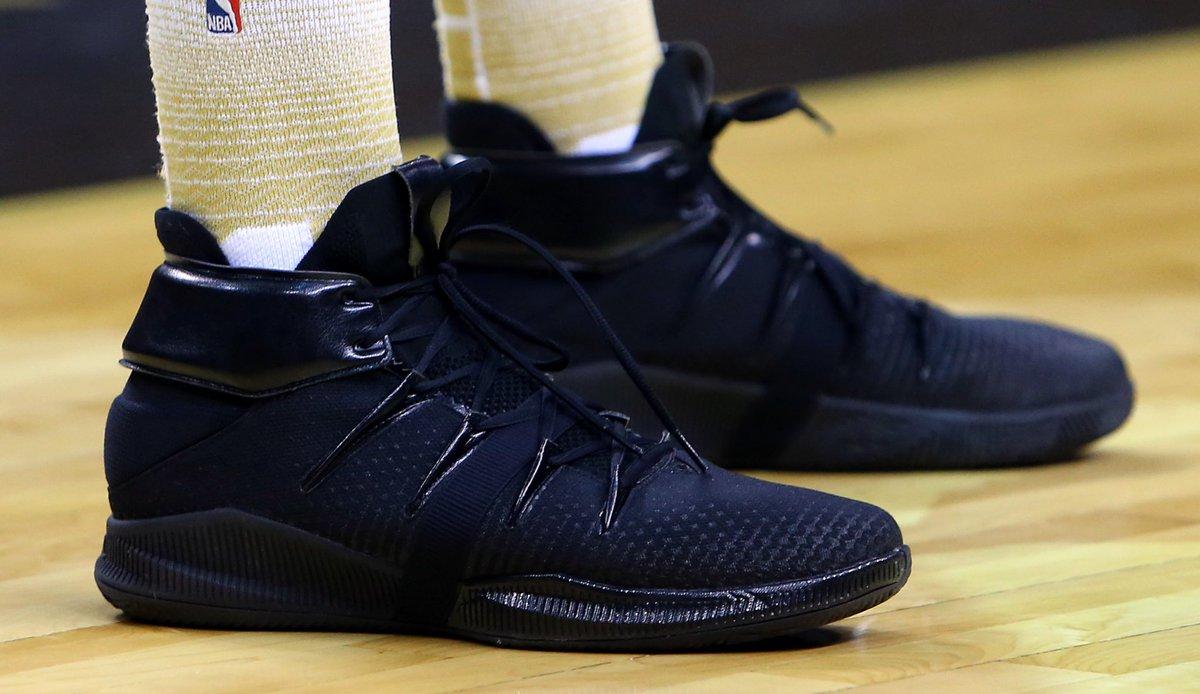 今日常规赛上脚球鞋一览:伦纳德上脚纯黑配色新百伦OMN1S